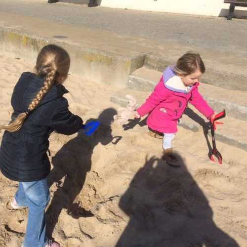 Childrne cleaning the beach